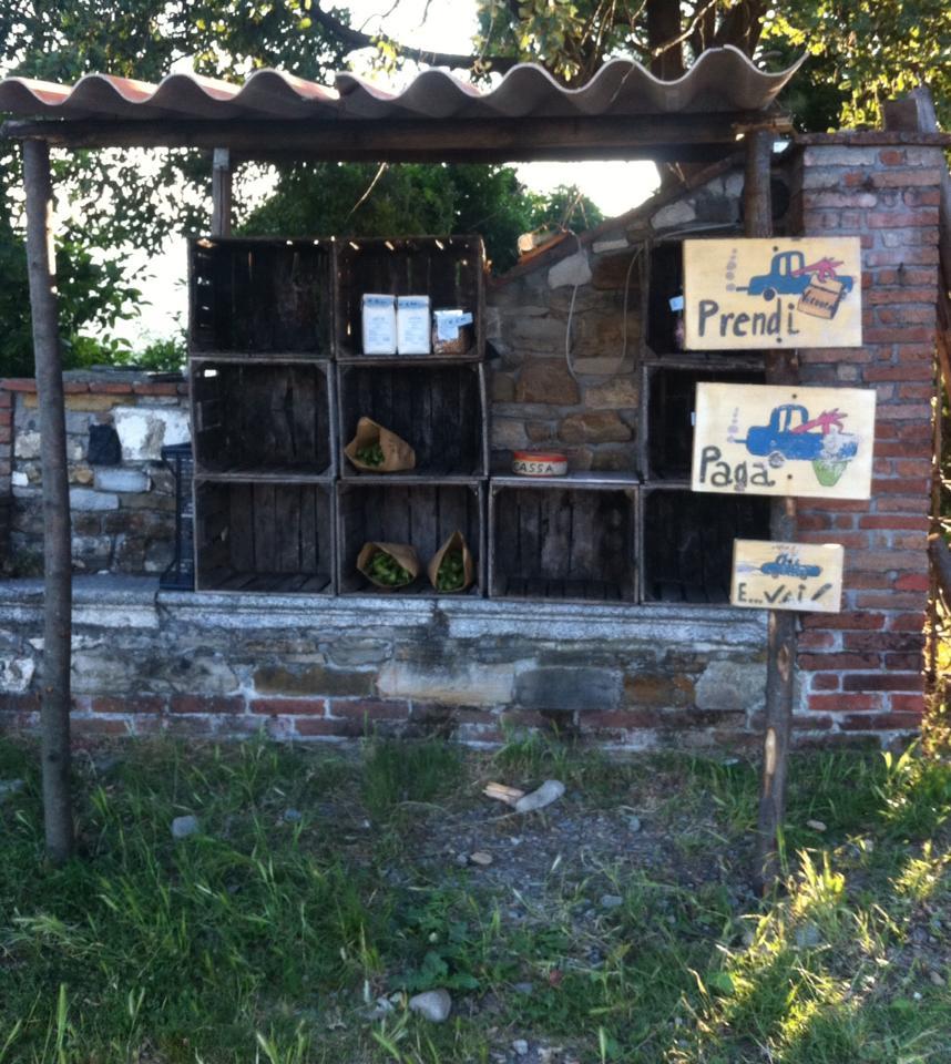 """""""Prendi, paga e vai"""", punto vendita in self-service dell'azienda biologica La Trebbiola, sul Bagnolo, PC."""