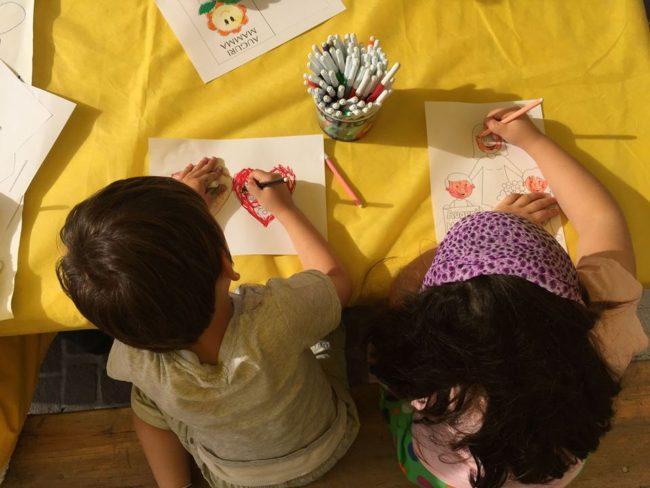 Giochi per bambini a un evento domenicale.