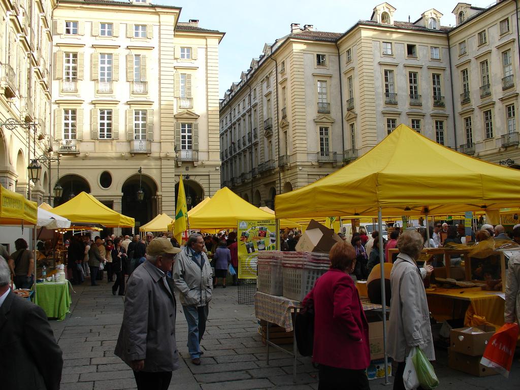 Mercato Campagna Amica in piazza Palazzo di Città, storicamente piazza delle Erbe. Foto © Brandon Morse.