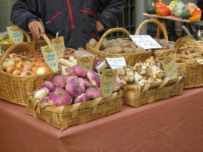 Banco di una contadina nel mercato rionale di via Garibaldi. Foto © Adagug.