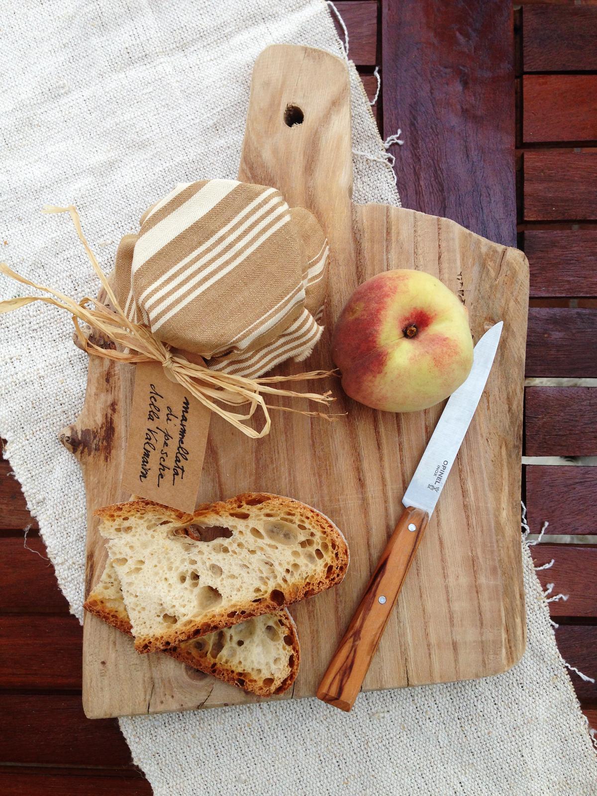 Barattolo di marmellata, pesca, fette di pane