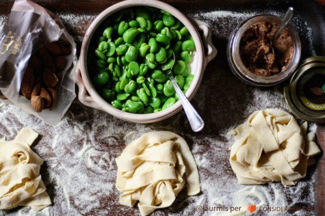 tagliatelle con fave e burro di mandorle: ingredienti