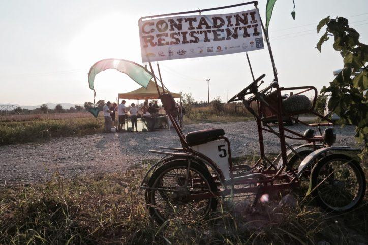 La distribuzione dei Contadini Resistenti a Caratta PC, presso il parcheggio della Locanda dei Melograni