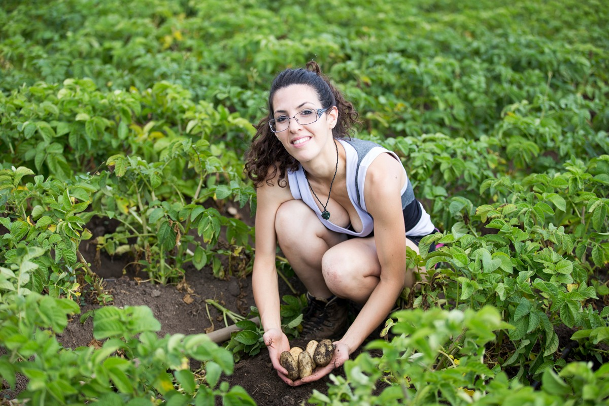 Fabiola Dettori nel suo campo di patate a Bari Sardo