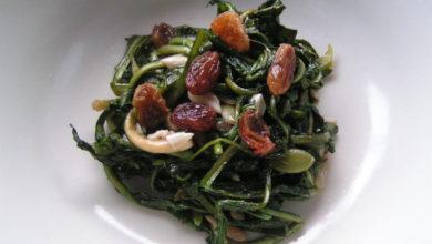Tarassaco saltato con uvetta e pinoli