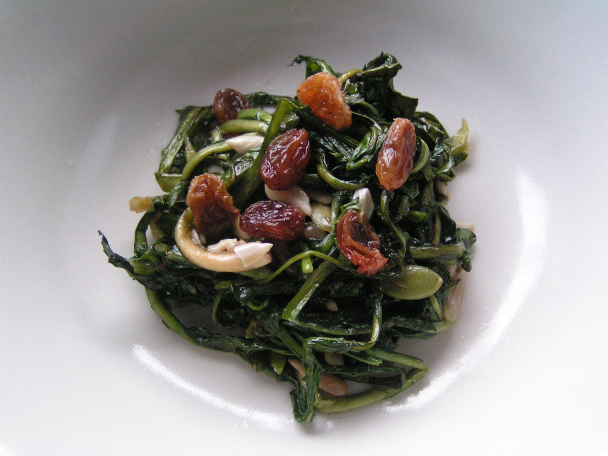 Tarassaco in padella con uvetta e pinoli