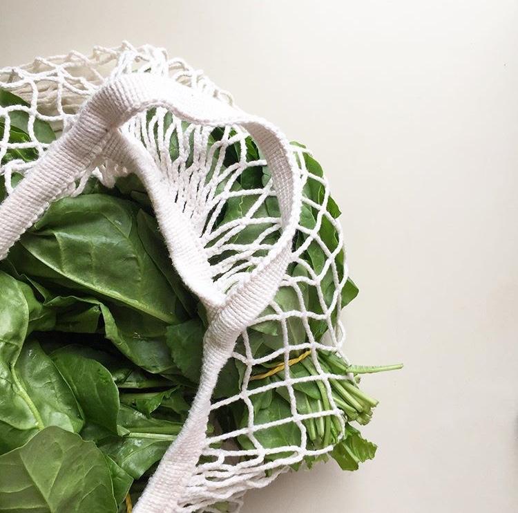 verdure sfuse in una sporta di corda