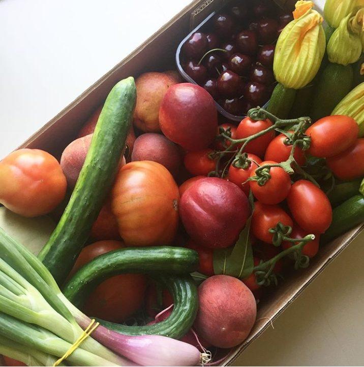Cartone di frutta e verdura fresca sfusa