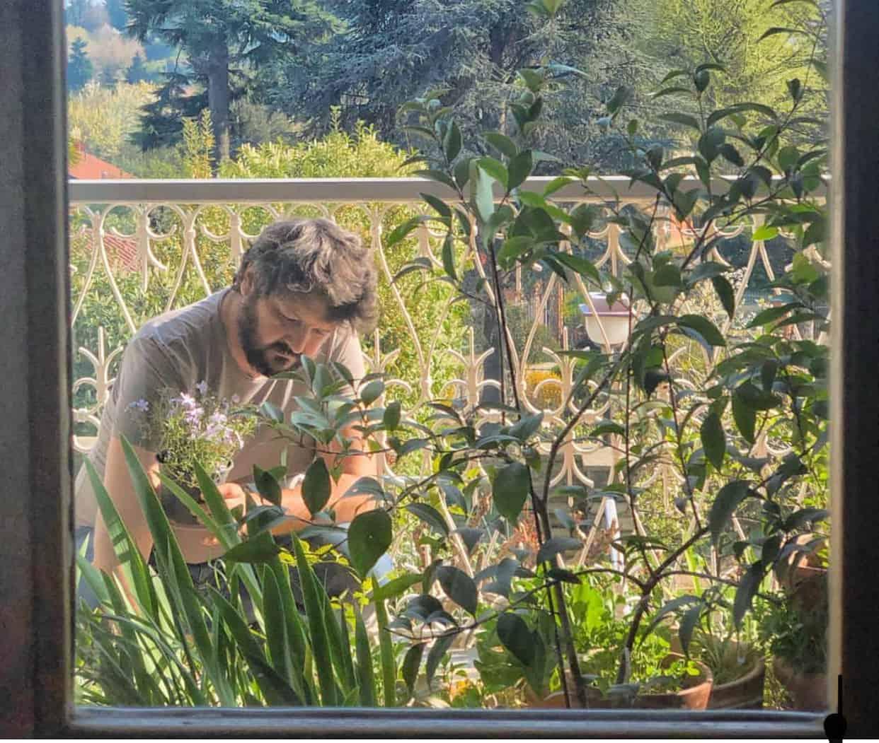 Paolo Astrua filosofo vegetale al lavoro in giardino