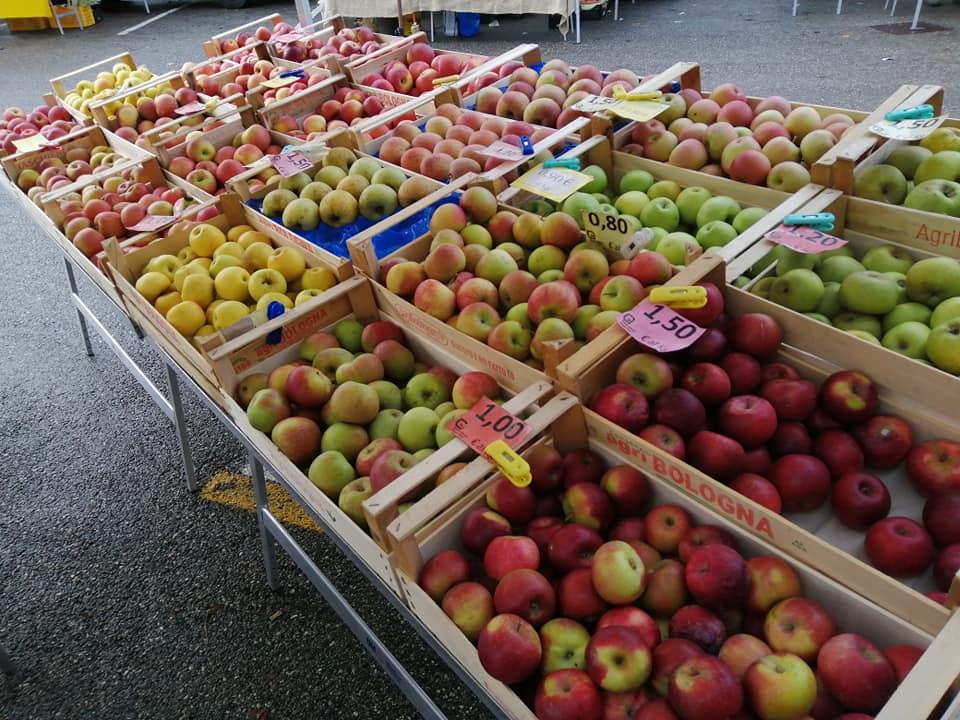 banco mele al mercato contadino di villa Bernaroli